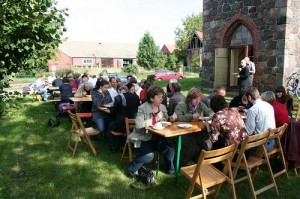 Nach einem Gottesdienst in der Toppeler Dorfkirche sitzen die Gemeindemitglieder und ihre Gäste noch beieinander.