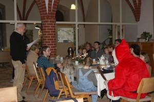 """Gottfried und Dorothea Förster sowie Manuela Schiffbauer öffneten mit Kindern und Weihnachtsmann das """"23. Türchen""""."""