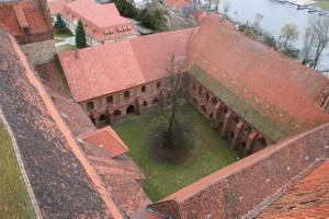 Blick in den Klosterhof und auf Ostflügel sowie Südflügel