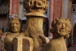 Dom St. Marien - Sandsteinleuchter mit Figuren - als Mönch und Novize gedeutet